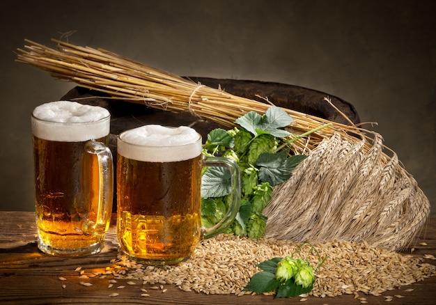 Bicchiere di birra e materia prima per la produzione di birra