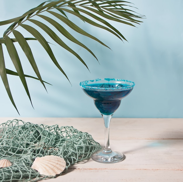 Bicchiere di cocktail blu. cocktail hawaiano, cocktail laguna, curacao.