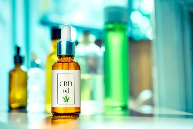Bottiglia di vetro cbd oil, tintura con etichetta sull'olio di cannabis da laboratorio