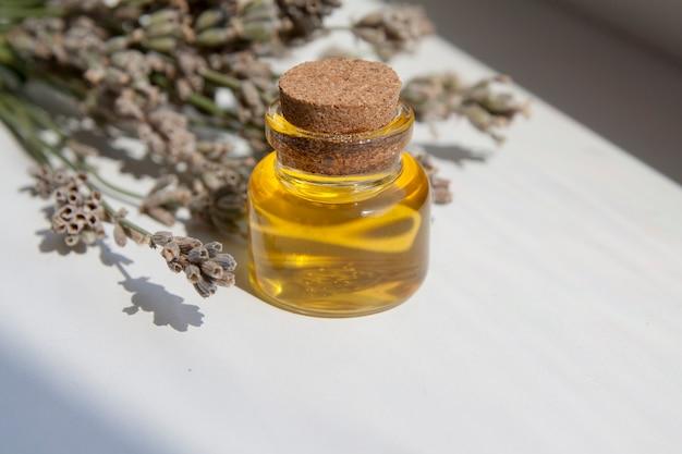 Bottiglia di vetro riempita con olio di lavanda. cosmetici naturali, concetto di erboristeria