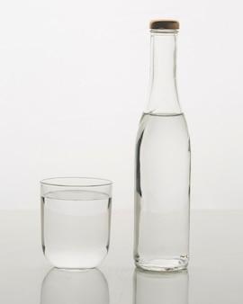 Bottiglia di vetro riempita d'acqua