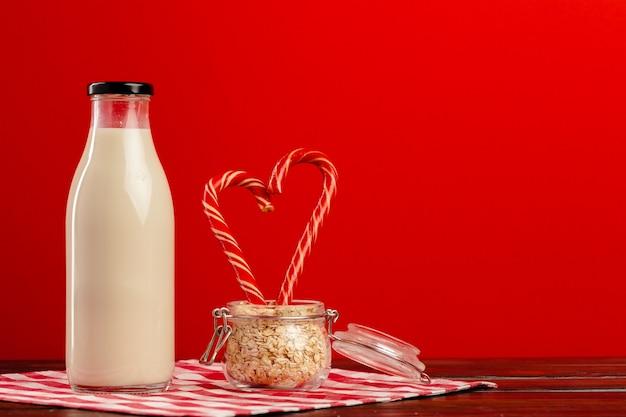 Bottiglia di vetro di latte fresco e bastoncini di zucchero
