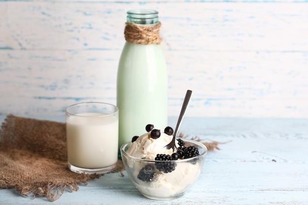 Bottiglia di vetro di latte e ricotta su una superficie di legno