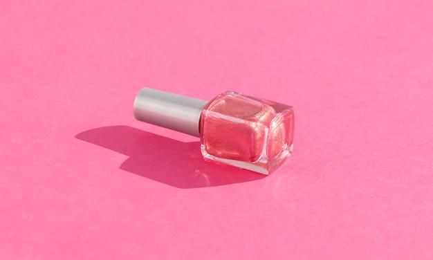 Bottiglia di vetro di smalto sul rosa