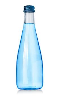 Bottiglia di vetro di acqua di soda isolata su bianco