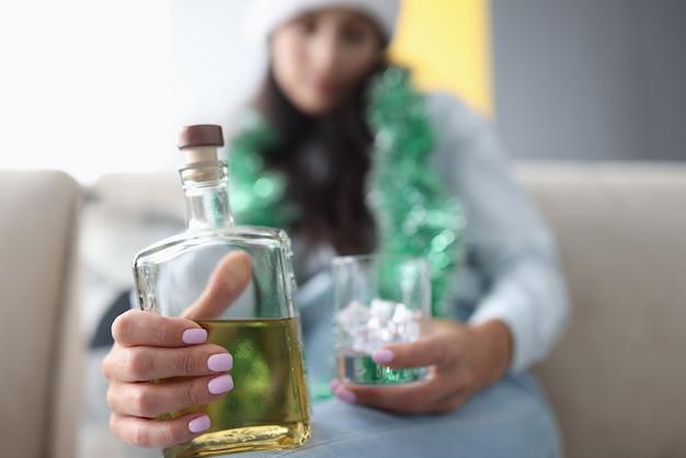Bottiglia di vetro con alcool si chiuda.