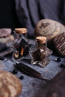 Le bottiglie di vetro sono piene di ingredienti magici pietre da tavola delle streghe