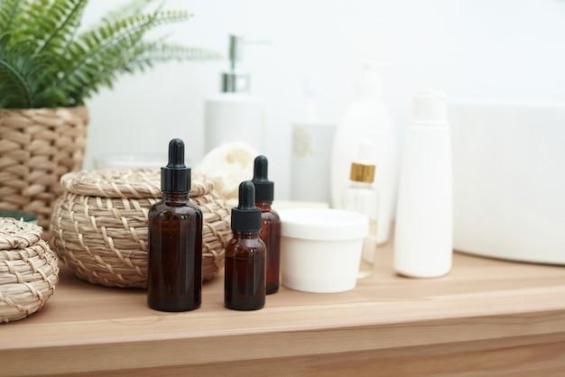 Flaconi di vetro per siero o cosmetici biologici essenziali