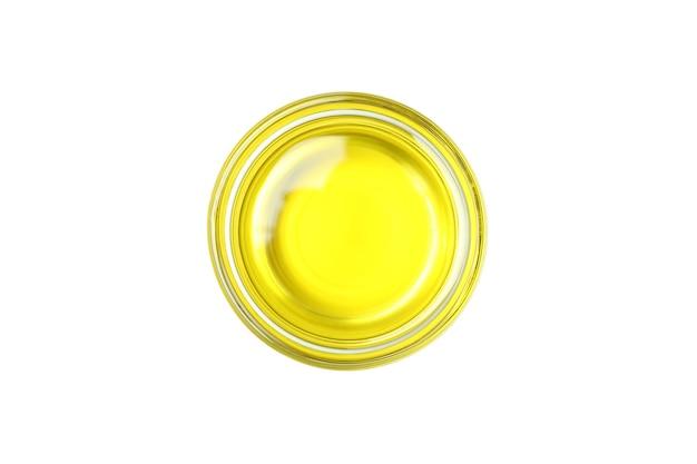 Ciotola di vetro di olio d'oliva isolato sulla superficie bianca