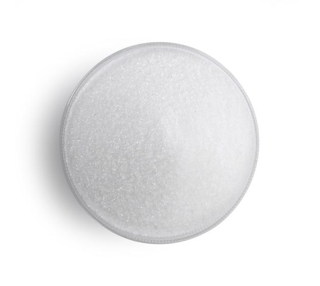 Ciotola di vetro zucchero isolato su sfondo bianco.