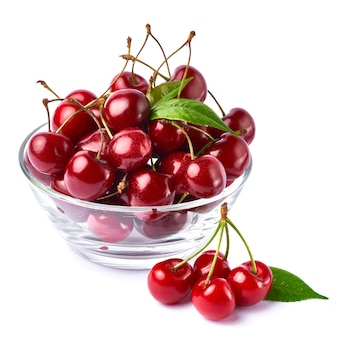 Ciotola di vetro di frutti di ciliegio dolce isolato su bianco