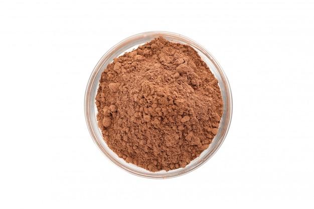 Ciotola di vetro con cacao in polvere isolato su bianco