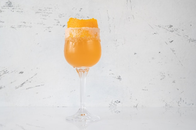 Bicchiere di brandy crusta cocktail guarnito con scorza d'arancia