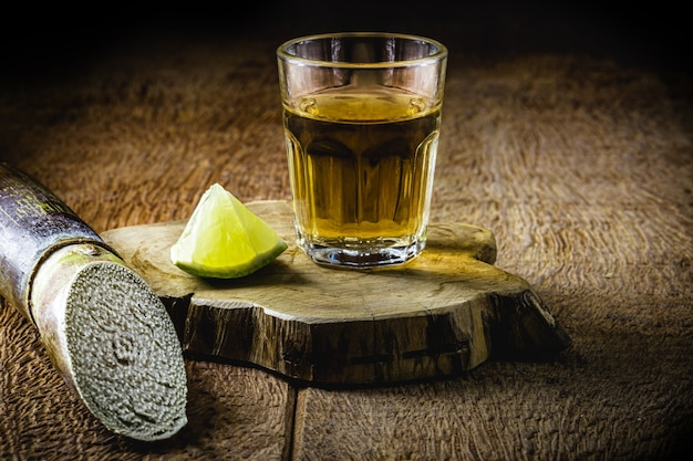 Bicchiere di cachaã§a, una bevanda brasiliana distillata dalla canna da zucchero, servita con limone, chiamata anche pinga, con copyspace