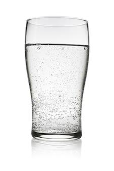 Bicchiere di acqua frizzante gassata isolato su sfondo bianco