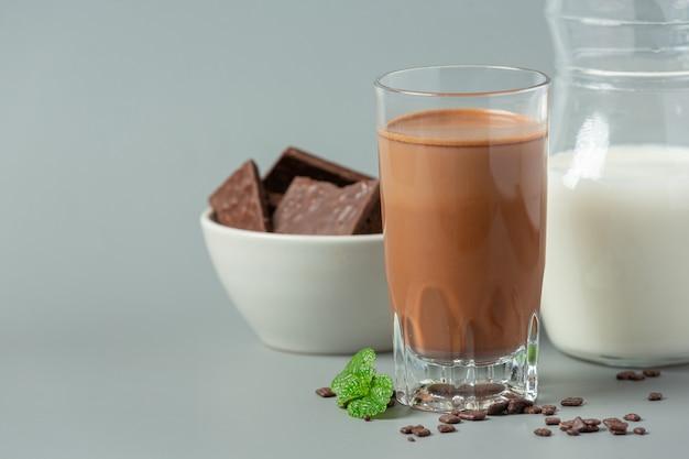 Bicchiere di latte al cioccolato sulla superficie scura.