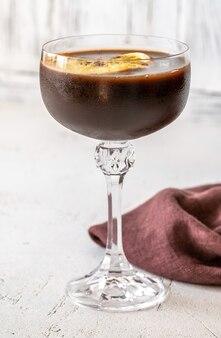Bicchiere di cioccolato arancia espresso martini cocktail