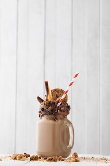 Bicchiere di cioccolato frullato sul tavolo