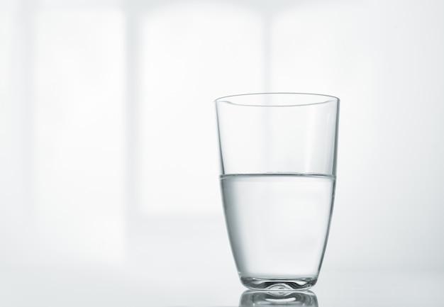 Un bicchiere di acqua pulita sul tavolo