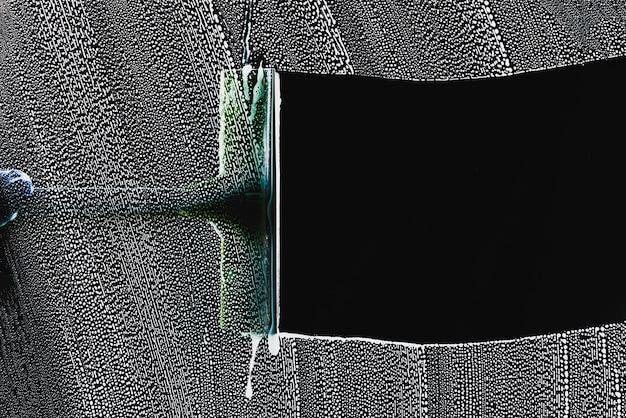 Detergente per vetri utilizzando una spatola per lavare una finestra