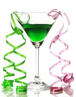 Bicchiere di cocktail e streamer after party isolato su bianco
