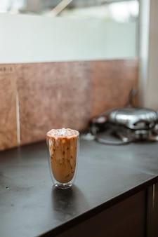 Bicchiere di caffè sul tavolo