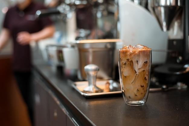 Bicchiere di caffè su sfondo bianco