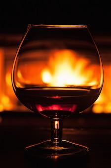 Bicchiere di cognac davanti al camino