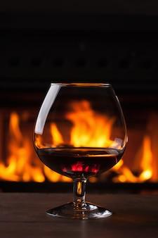 Un bicchiere di cognac davanti al camino