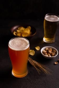 Un bicchiere di birra fredda e snack