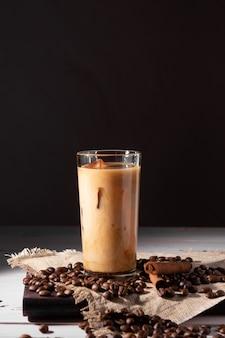 Un bicchiere di caffè freddo e panna. chicchi di caffè