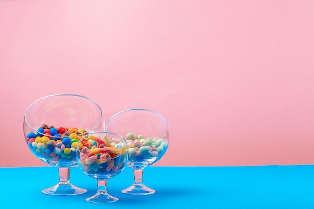 Contenitori di vetro con caramelle e dolci