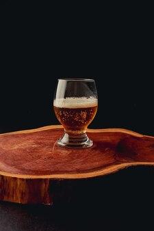 Bicchiere di birra artigianale sulla superficie nera