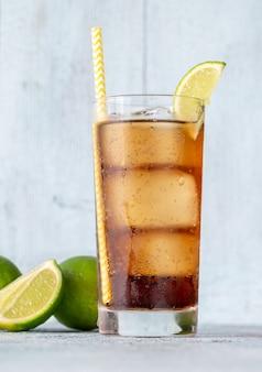 Bicchiere di cuba libre cocktail con uno spicchio di lime