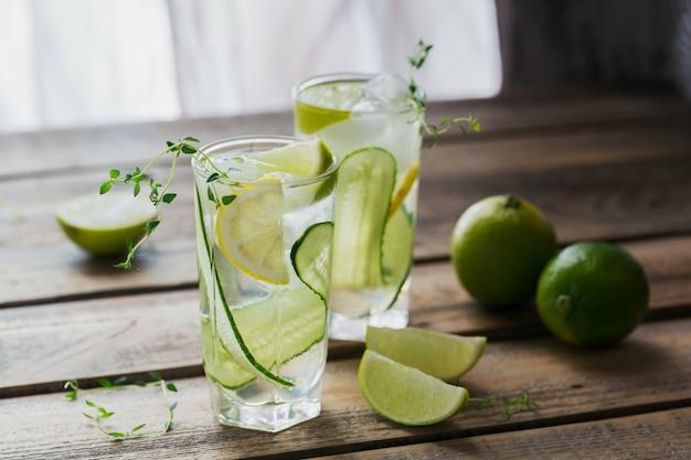 Bicchiere di soda di cetriolo drink sul tavolo di legno. estate salutare detox infuso di acqua, limonata o cocktail