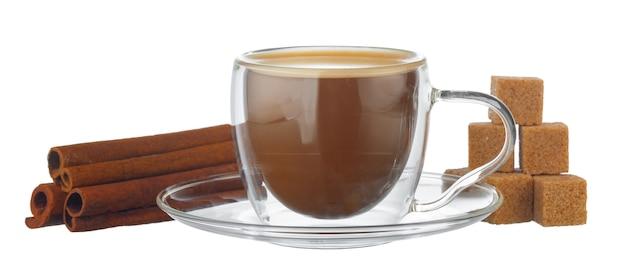 Tazza di vetro di caffè e pila di cubetti di zucchero isolati su bianco