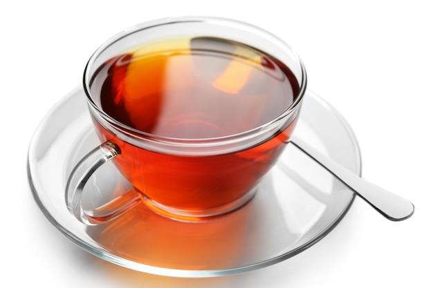 Tazza di tè in vetro isolata su superficie bianca
