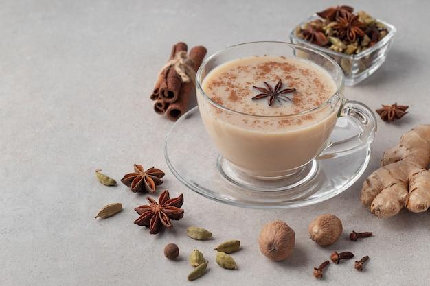 Tazza di vetro con tè masala indiano speziato