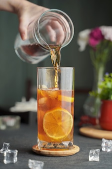 Bicchiere di caffè espresso con succo di limone e limone fresco a fette sul tavolo di legno e copia spazio
