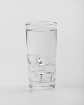 Vetro riempito di acqua e ghiaccio vista frontale