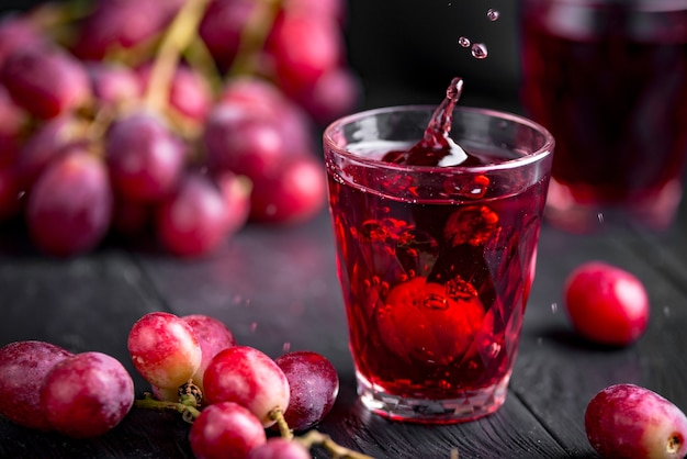 Un bicchiere di succo d'uva fresco, conserve di succo d'uva.