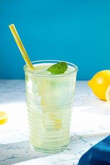 Bicchiere di gustosa limonata fresca fatta in casa con copyspace. formato verticale.
