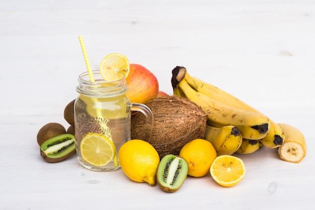 Bicchiere di limonata fresca in un ambiente di frutta