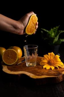 Bicchiere di succo d'arancia fresco sulla tavola di legno