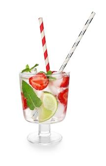 Bicchiere di mojito alla fragola fresca su sfondo bianco