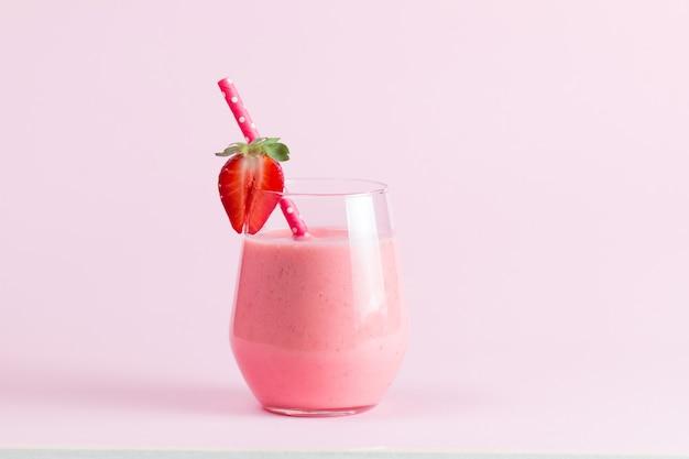 Un bicchiere di frullato di fragole fresche