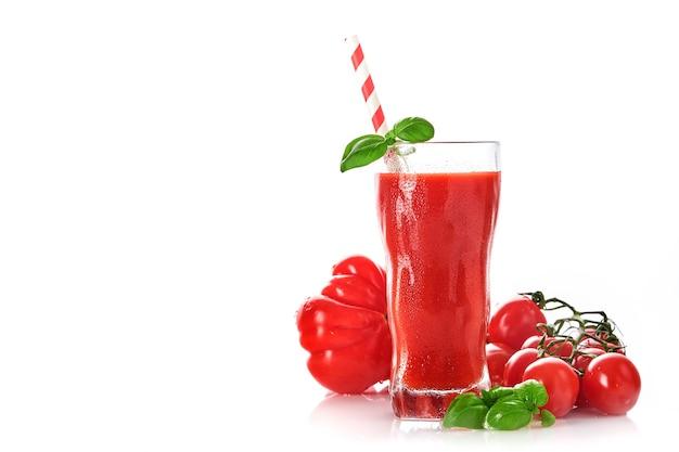 Bicchiere di succo di pomodoro fresco, basilico e pomodori isolati su sfondo bianco. con copia spazio.