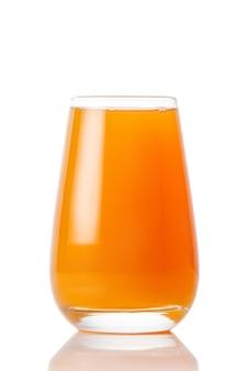 Il bicchiere di succo di frutta su sfondo bianco.