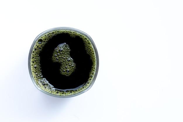 Bicchiere di centella asiatica lascia il succo per la salute su bianco. copia spazio