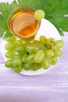 Bicchiere di succo d'uva sulla tavola di legno, primo piano